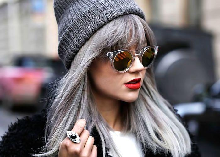 Серый оттенок волос: новый тренд в индустрии красоты, прическа, очки, красные губы