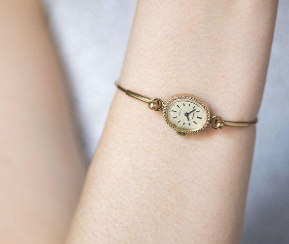 Eine zarte Uhr mit dünnem Band, aber im extravaganten Vintage Stil eignet sich toll zur Kombi mit Vintage Klamotten! | Stylefeed
