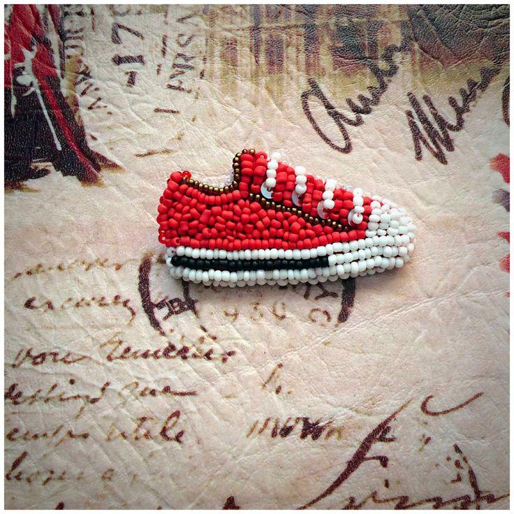Носи любимые конверсы с собой! Брошь из бисера // brooch beads converse sneakers