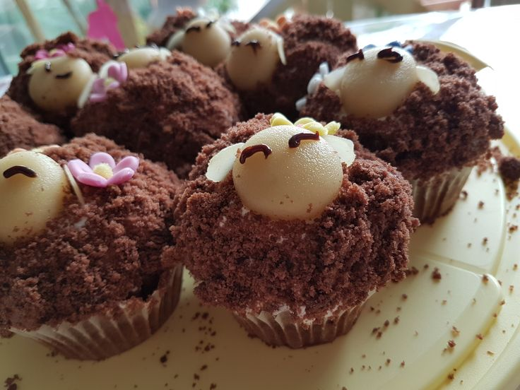 Muffins mit lebensmittelfarbe pulver