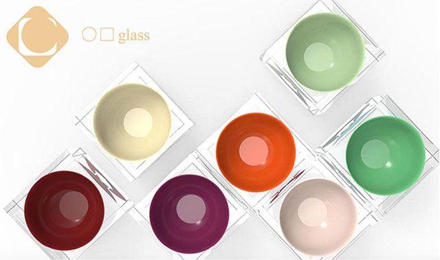 鯖江うるしアワード大賞 「○□ glass」 藤本 慎吾 氏(大阪府) ガラスの塊にお椀の形を掘り込み、カラフルな漆塗りがされている。漆は高級で和風なイメージがあったがこの作品はインテリアとしてもおしゃれにかわいく使えそう。