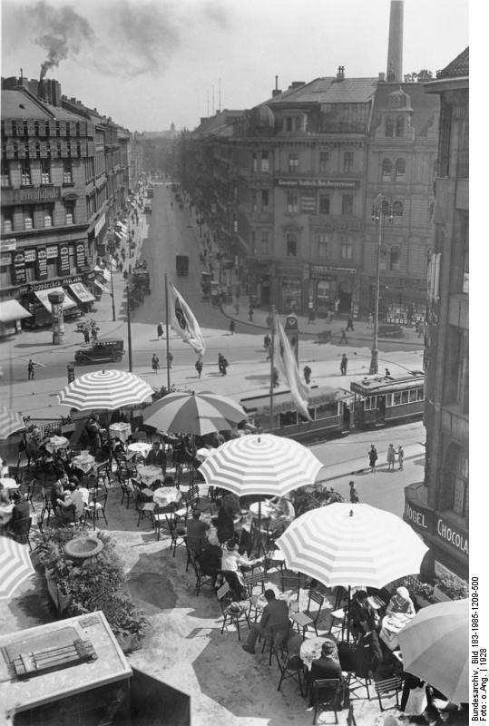 Blick auf ein Dachgartencafe am Spittelmarkt mit B…