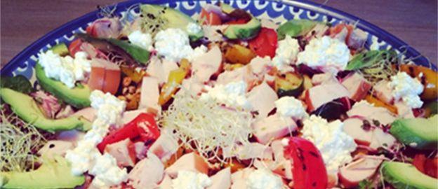 maaltijdsalade met kip, groenten, bonen, avocado, huttenkase
