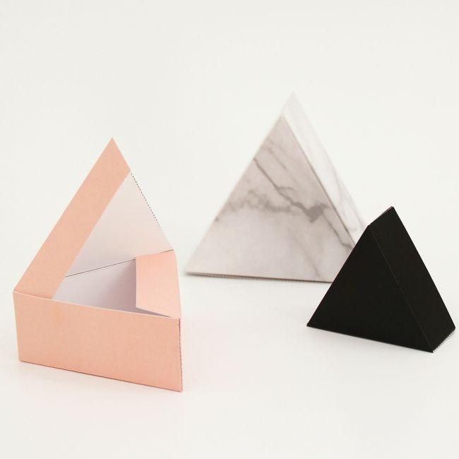 snug. giftbox triangle 3 kleuren. Gift boxes.