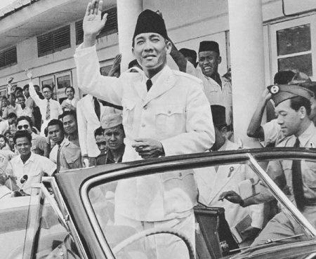 Soekarno greets masses