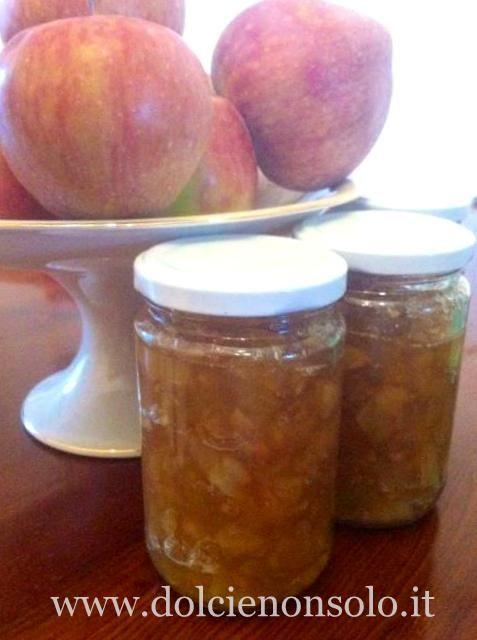 La marmellata di mele è molto semplice da preparare in casa. Dopo aver sbucciato le mele, basta togliere il torsolo,