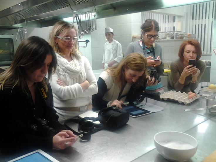 Nella cucina di Walter Ferretto: da sinistra, Michela Bocedi, Lucia Arlandini, Alessia Bianchi, Valeria Saracco, Giulia Nekorkina
