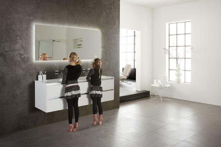 Badkamermeubel greeploos en mat wit. Met strak vormgegeven wastafel van Solid Surface en LED spiegel met klok - Thebalux Frozen