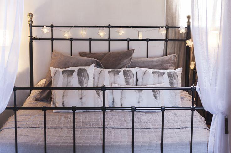 Dale un toque mágico a la cama los guirnaldas de luces. Éstas, al igual que los textiles son de muy mucho #muymucho #guirnalda #led #iluminación #textil #plumas #neutro #dormitorio #habitación #cama #textiles #dosel #decoración #hogar #tendencia #deco
