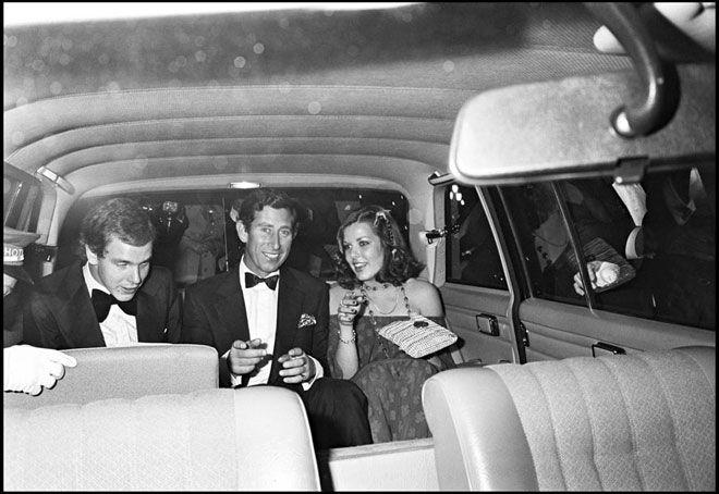 I principi Alberto e Caroline di Monaco in auto con il principe Carlo d'Inghilterra nel 1977 © Daniel Angeli / Agence Angeli