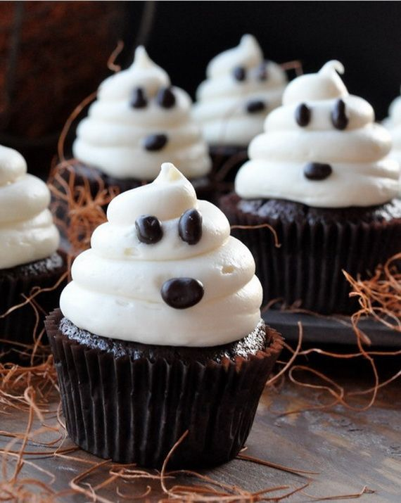 Adorable Ghost Cupcakes -- love these cupcakes for a halloween party. Cute! Tons of halloween inspiration and ideas.