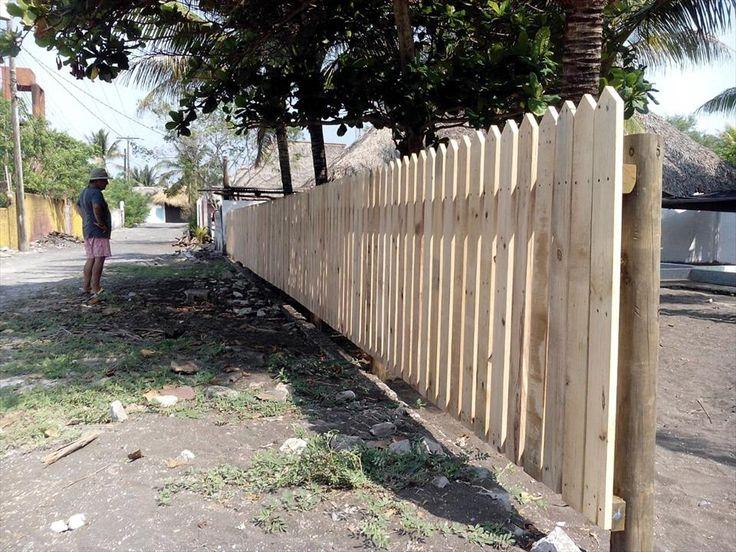 Pallet Zaun - DIY Privatsphäre Zaun auf einem Budget - http://schickmobel.com/pallet-zaun-diy-privatsphare-zaun-auf-einem-budget/