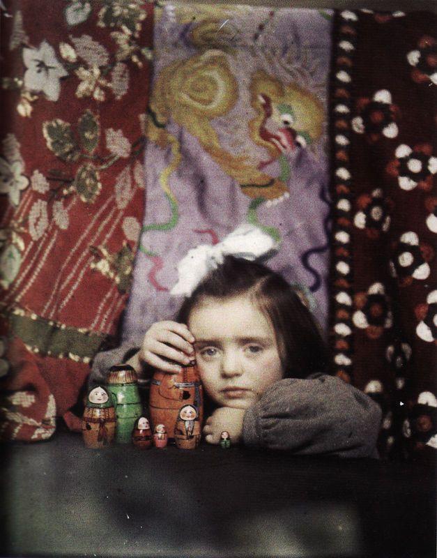 """photo autochrome US : Edward Steichen, 1910, """"portrait de Mary Steichen jouant avec des poupées russes"""", enfant, jouets, textile, pictorialisme"""