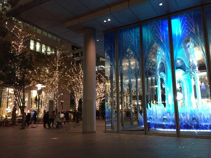 丸ビル内クリスマスツリーと三菱商事本店