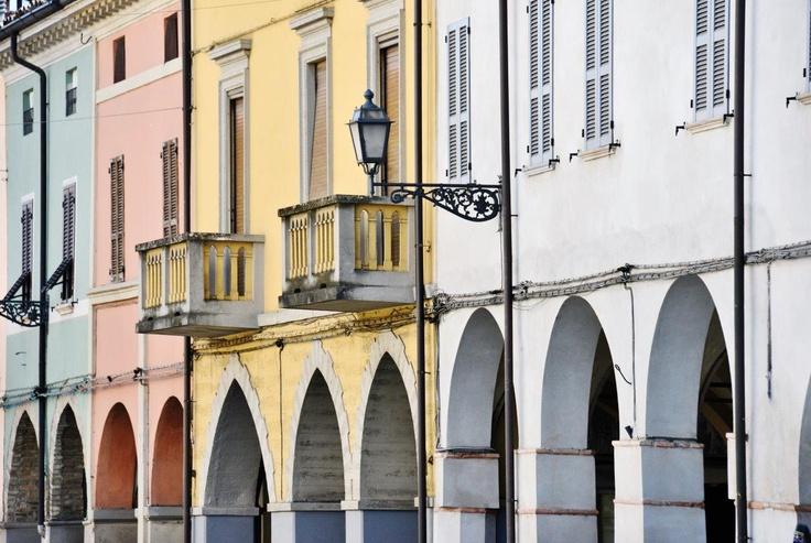 Cortemaggiore, scorcio dei portici - Foto Fabio Lunardini
