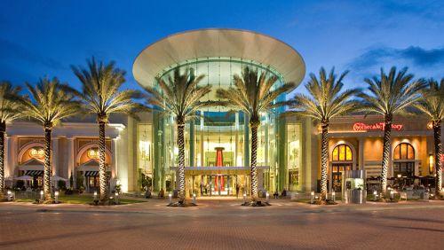 DÍA 16. MIAMI – FORT LAUDERDALE – SAWGRASS MILLS. Pensión completa. Día completo de compras en el Centro Comercial SAWGRASS MILL, donde podrás adquirir todo lo que desees. Encontrarás tiendas de moda como AMERICAN EAGLE, BASS, COLUMBIA, UNITED COLORS OF BENETTON, CALVIN KLEIN, CUSTO BARCELONA, DESIGUAL, VICTORIA SECRET, OLD NAVY, etc… En el centro comercial también encontrarás la súper tienda Target. Traslado al hotel, cena y alojamiento.
