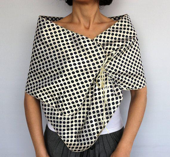 Soirée écharpe châle, épaule Etole écharpe, camouflage robe costume. Ce joli Chauffe épaules est fait de tissu taffetas or-bleu marine à pois, qui peut être utilisé dans les deux côtés ; or en pointillés sur marine et parsemées sur lor. Avec la facilité dutilisation, il est attaché avec minces rubans or. En forme rectangulaire, elle mesure environ 11,4 x55.5 (29 x 142 cm) Avec son look élégant et raffiné, il peut être porté en tout cas ; cocktail, réceptions de mariages, etc.. Aussi…