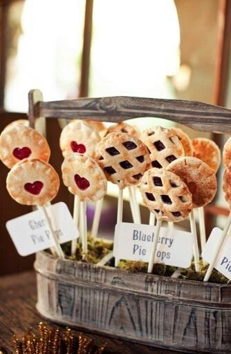 Berry pie pops as wedding favors or dessert - so cute! #weddingfavors