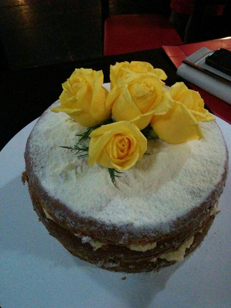 Nacked cake de leite ninho com ouro branco decorado com rosas amarelas