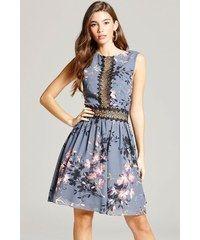 LA FEMME Šedé květinové šaty s háčkovaným panelem