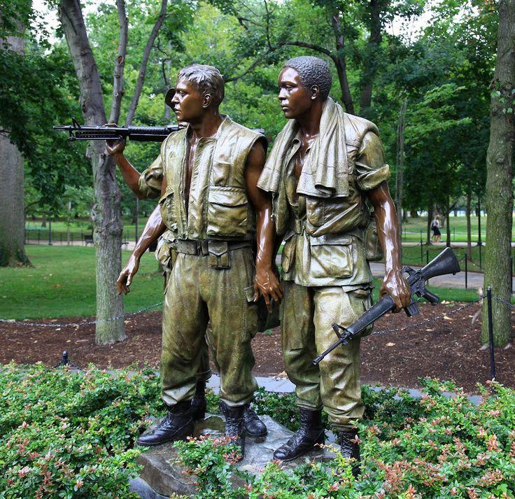 Monumento a los veteranos de Vietnam. Conjunto escultórico representado 3 soldados norteamericanos: uno aglo sajón, otro afro americanos y el otro hispano.