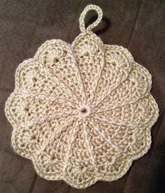 Pretty scalloped potholder - free pattern link http://web.archive.org/web/20011228070554/members.aol.com/lffunt/scallph.htm #crochet