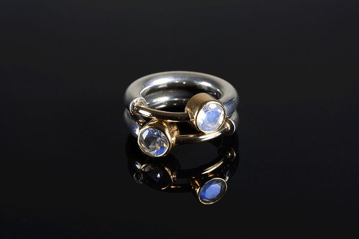 Dobbelt-ring i oxideret sølv, guld og månesten.