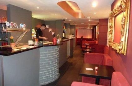 Réserver ou privatiser gratuitement Le Velvet Bar à Paris et bénéficier de nos tarifs négociés : Fontaine de champagne offerte #LesBarrés #Le #Velvet #Bar #réserver #privatiser #tarif #champagne #fontaine #offerte #bar #comptoir #bière #cocktail #cosy #convivial