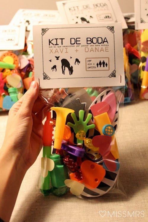 La boda de X D: El kit de boda MissMrs/ Muy divertido para entretener a los invitados!