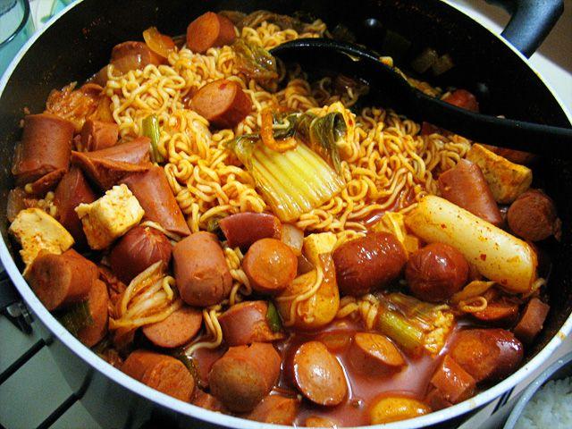 budae jjigae version 2|韓国シチューブデチゲ  韓国料理でこの強迫観念が始まったとき、私は覚えていません。私はNYUに来たまで、私は確かにそれがなかったし、その後も私は私の食事プラン年生とラーメン/スパゲティ私の2年生をオフに住んでいた。何とかキムチとプルコギと私は即座にクリックされた私たちが会ったときも、残りは歴史である...    Budaeチゲ(「陸軍のシチュー」)は、これまでに寒い冬の日には完璧な私の好きな韓国料理の一つである。もちろん、初めて私はそれは暑い夏の夜にあることを起こったので、シチューは私の二人の友人を残し、我々はアツアツのシチューを食べたように私は汗のビーズで滴る。それは作るために非常に簡単であり、しばしば翌日の残り物であなたを残します。これは、チリペーストででもかなりスパイシー取得するので、私は非常に辛さの一部を中和するためにご飯の上にシチューを食べることをお勧めします。    成分:  1タマネギ、さいの目に切った みじん切りのニンニクの5クローブ、 1茎グリーンたまねぎ(ねぎ) 2パッケージ榎きのこ…