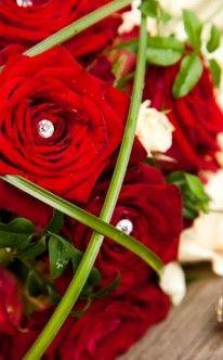 Brautstrauß: Rote Rosen mit Strasssteinen / bridal bouquet