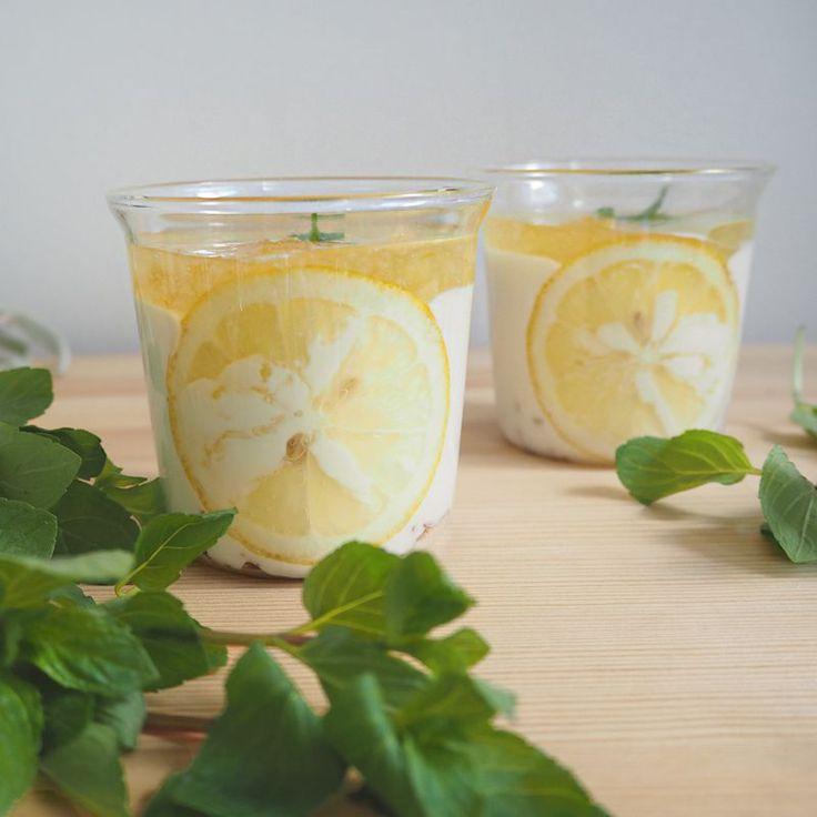 今日は、すごく簡単なのに、見ためもキュートでサッパリ!【自家製レモンジャム】を使用した『レモンジャムレアチーズケーキ』の作り方をご紹介します♪