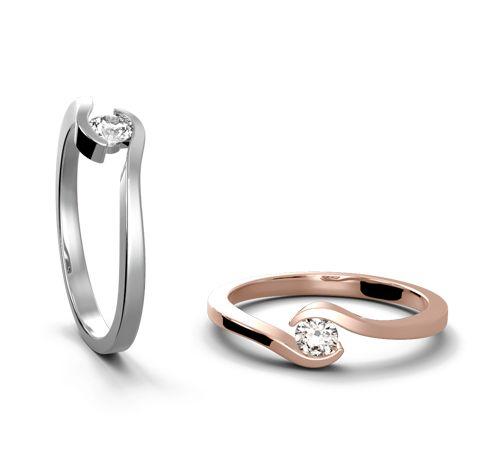 ZÁSNUBNÍ PRSTEN NEW YORK Elegantní křivka prstenu obepínající drahokam z obou stran připomíná dlaně, které svírají  drahocenný kámen jako poklad. Z kamenů můžete zvolit klasický briliant a nebo Moissanite v bílé anebo barevné variantě. Vhodným výběrem barvy zlata tak vytvoříte neopakovatelný originální klenot, který ponese jméno Polomio. Polomio Jewellery