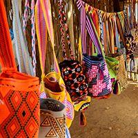 Los colores y diseños geométricos de los tejidos Wayúu se ven plasmados en chinchorros, hamacas, bolsos, manillas y mochilas.