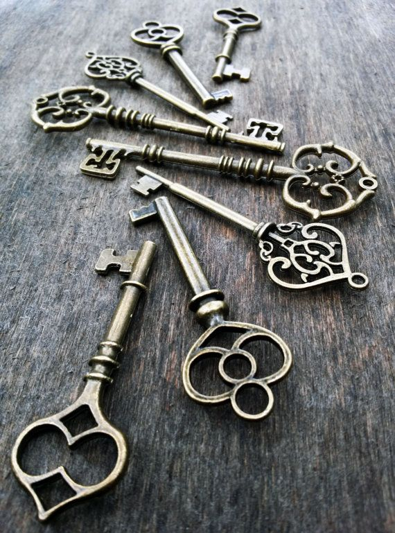 Artículos similares a 80 pcs assorted mixed antiqued bronze skeleton key pendants steampunk vintage style wholesale lot bulk wedding 2 3/8 - 3.25 inches long en Etsy