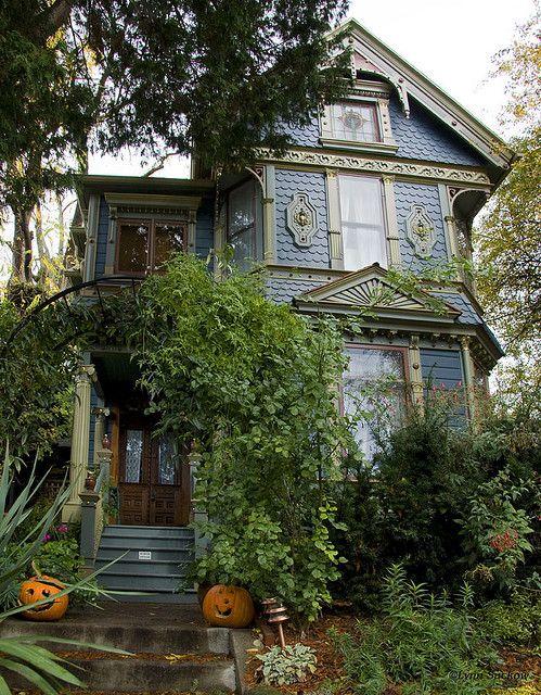 aura-stallman:  Victorian House, Portland, Oregon