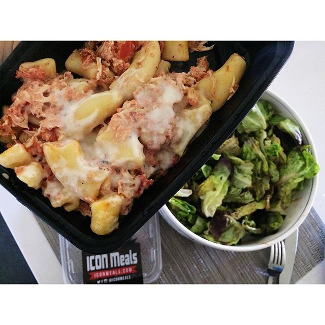 Dieting and traveling is easy, thanks to @iconmeals. This is my first time trying the company (aside from popcorn), and I'm eating baked chicken ziti with mozzarella, basil and marinara. 😍😍 MACROS: 15f/33c/25p #bless I haven't had pasta in 5ever, and this hit the spot! Blessed these guys are near me. No shipping for me. 😏🏋🏻♀️ #flexibledieting Loved meeting you guys, today. Thank you for shipping meals to my hotel in Phoenix! Yes, I paid for that shipping. Lol.