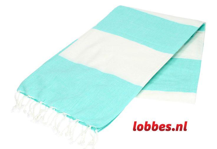 Met deze hamamdoek kunt u alle kanten op! De doek is ideaal als handdoek voor het strand te gebruiken. Karakteristiek voor de hamamdoek is dat hij veel vocht opneemt, licht is, klein kan worden opgevouwen en groot genoeg is om heerlijk op te kunnen liggen. De doek is ook erg handig te gebruiken als omslagdoek, picknickkleed of tafelkleed. Het materiaal van de hamamdoek is 100% katoen. De doek is 180 x 100 centimeter
