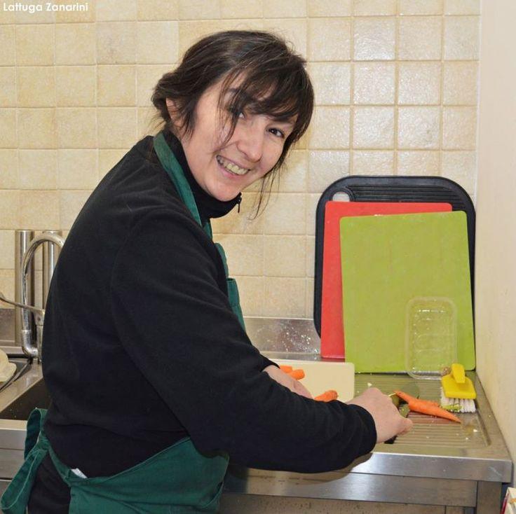 Il sorriso della nostra Stefania al lavoro... buon inizio settimana!! www.lattugazanarini.com #km0 #freschezza #territorio