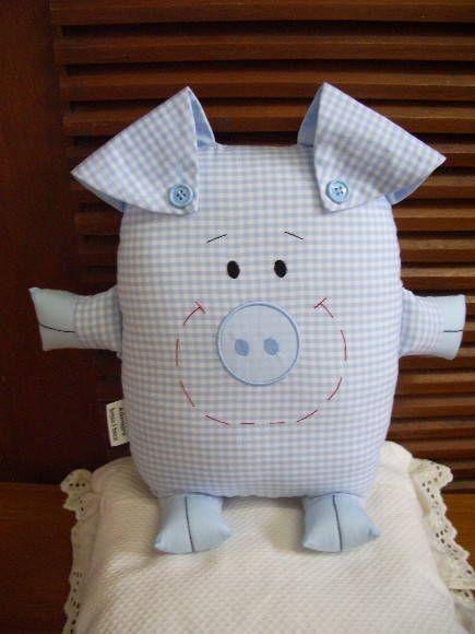 Naninha-porquinho, confecionado em algodão, que pode ser pendurado na parede, porta ou em algum móvel, ou ainda usado como almofada ou travesseirinho no berço ou cama da criança.