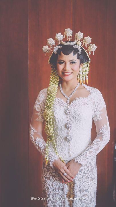 Paes adalah riasan pengantin adat Jawa yang merupakan simbol dari kecantikan dan kedewasaan seorang perempuan  Jawa. Riasan paes ini memiliki beberapa lekukan yang memiliki makna yang mengandung kesakralan maupun makna filosofi dalam setiap detailnya.