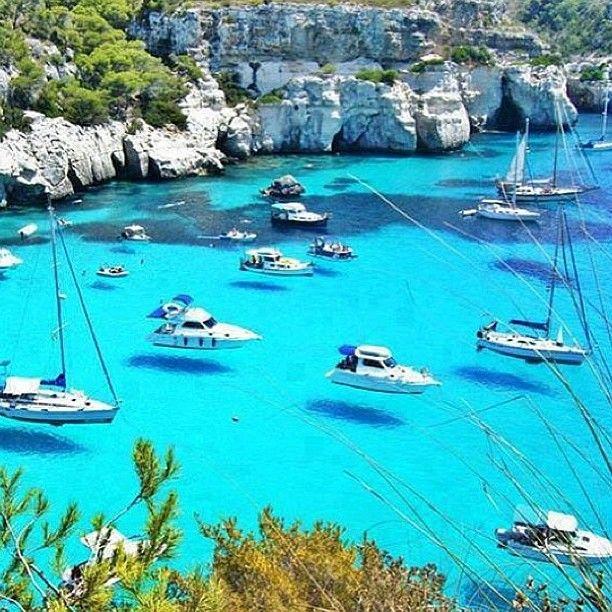 Mallorca, Spain. Parece que os barcos flutuam no ar. Que lugar lindo!