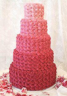 Wunderschöne Hochzeitstorte im Ombré-Look in Brombeere mit Rosendekor