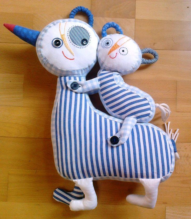 Tulihadráčci - textilní hračka Mazlící maminka s miminkem, ušití ze 100% české bavlny, jako výplň slouží duté vlákno, které je vhodné i pro alergiky. Obličejíky ručně vyšívané. Miminko lze ze hřbetu maminky odepnout za pomoci knoflíků. Vlastní střih i výroba. Děkujeme, že respektujete autorskou práci.