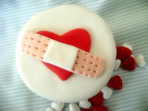 Corazón en reparación vía http://www.flickr.com/photos/oslovo/5413687805/in/set-72157625845040389