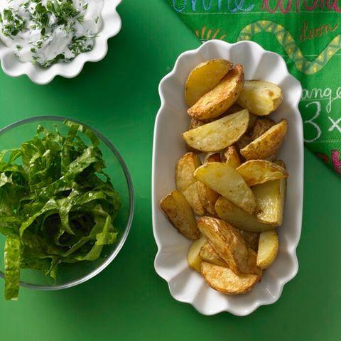 Kräuterquark mit Kartoffel-Wedges | BRIGITTE.de