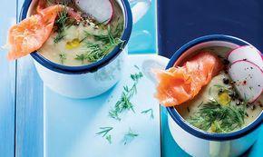 Uma sopa fria perfeita para o Verão, esta sopa de abacate, com lima, meloa e salmão fumado é uma surpresa visual e o sabor não vai ficar atrás!