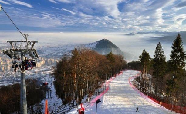 Partia de schi Piatra Neamt, de pe Muntele Cozla. In zare, Muntele Pietricica...