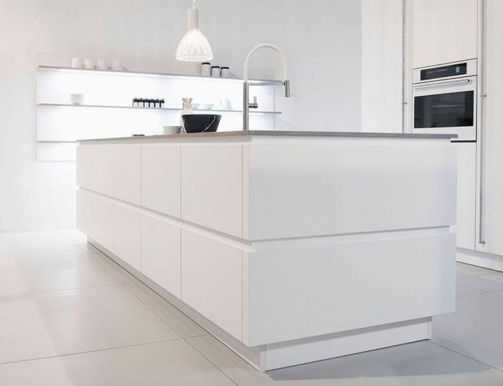 3 weiße Küchen mit unterschiedlichem Stil Landhaus, Design, Purismus   Weisse küche, Moderne ...