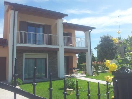 Am Fuße der Hügel von Conegliano, ist B & B Ecke des Herzens Villa eine neu ökologisch nachhaltigen grünen Gebäude. Eine moderne und komfortable Unterkunft, einen schönen Aufenthalt zu verbringen, um das Veneto und seine faszinierende Venedig zu entdecken.